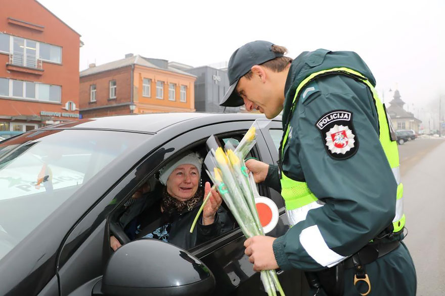 lithuanian-police-officers-give-flowers-international-womens-day-4