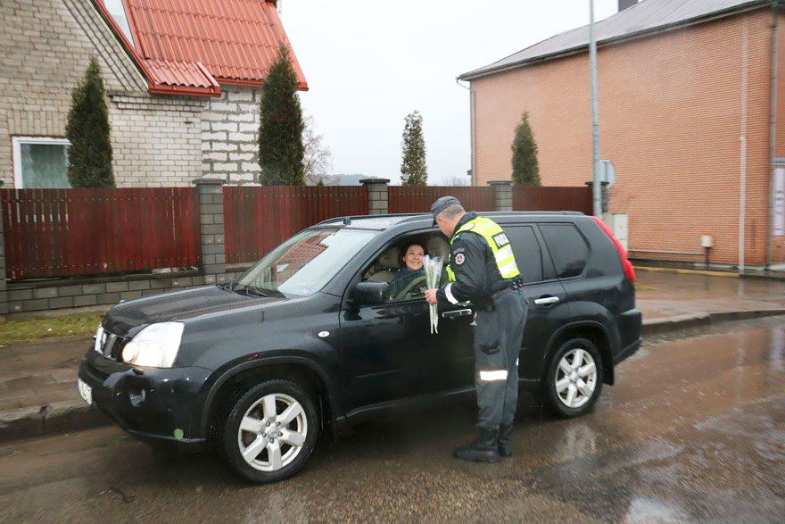 lithuanian-police-officers-give-flowers-international-womens-day-8