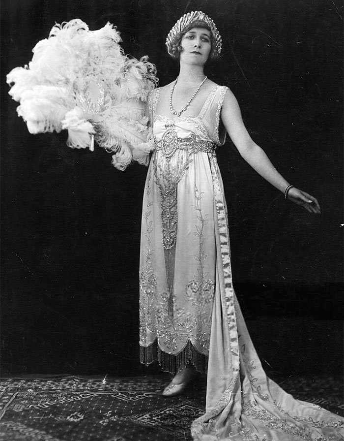 how to dress like 1920s female