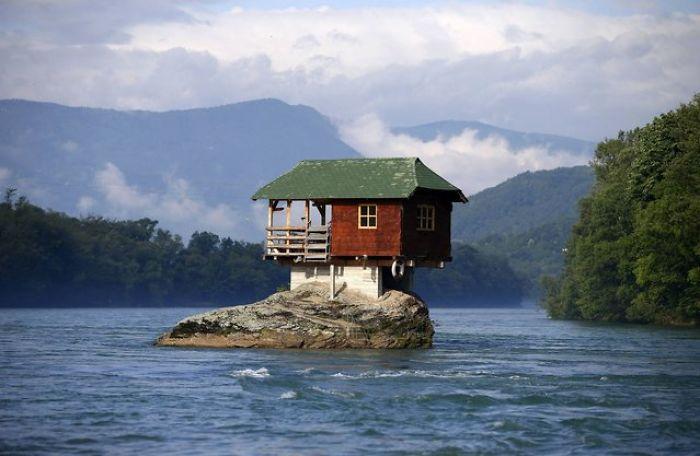 2. 45-jähriges Haus Auf Serbischem Felsen (http://art-sheep.com/a-house-in-serbia-balances-on-a-rock-for-more-than-…)