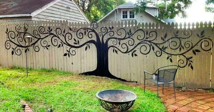 15 people who took their backyard fences to another level for Ideas to decorate outdoor fence