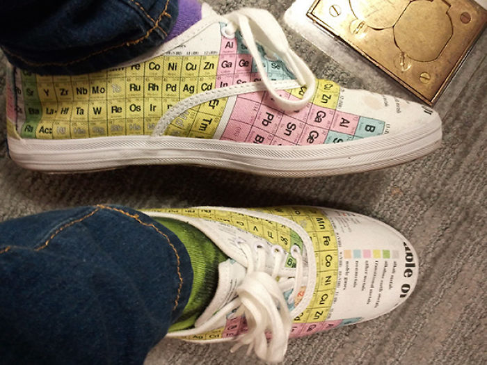 Zapatillas con la tabla periódica