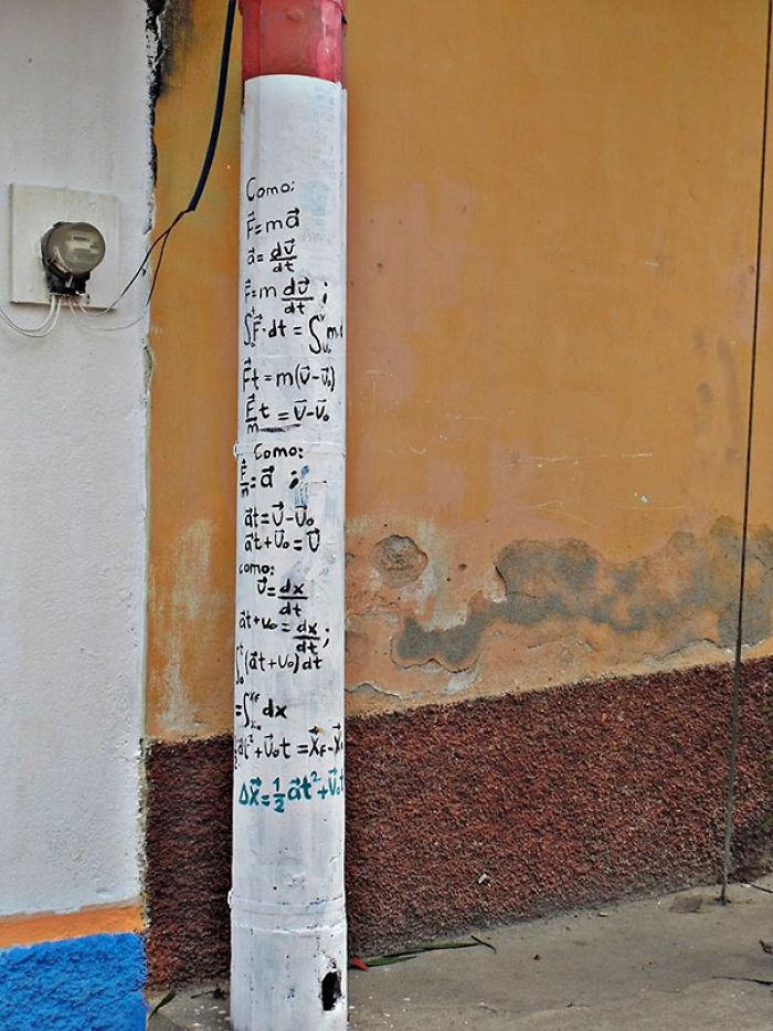 Frente a este poste está el ventanal de un colegio en Guatemala
