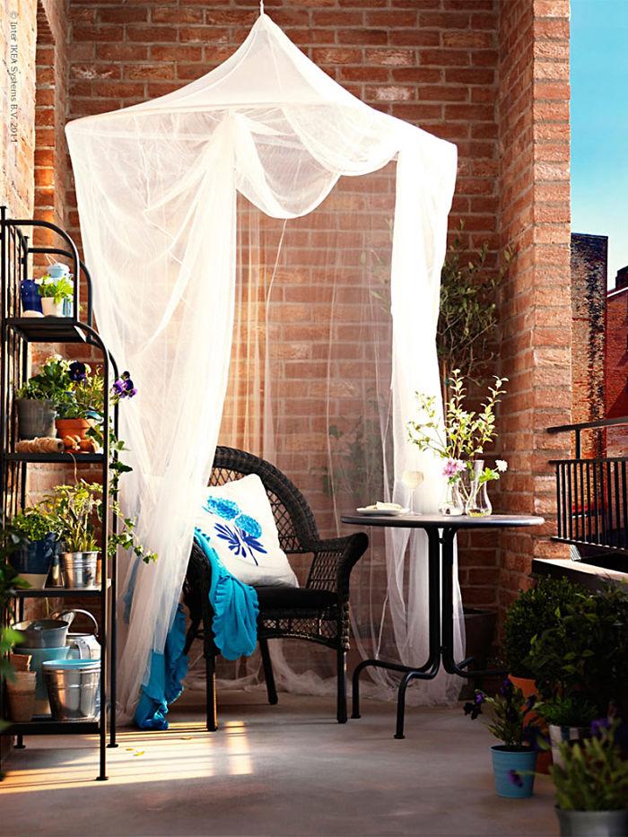 20 cozy balcony decorating ideas bored panda for Apartment balcony christmas decoration ideas