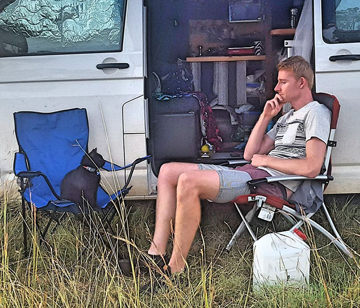 Man Quits Job, Sells Everything To Travel With His Rescue Cat Across Australia