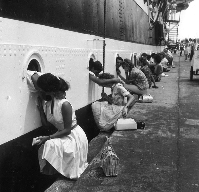 20+ Historic Photos Of Love During Wartime