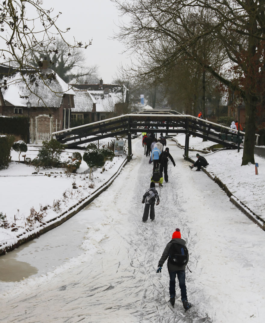 water-village-no-roads-canals-giethoorn-netherlands-11