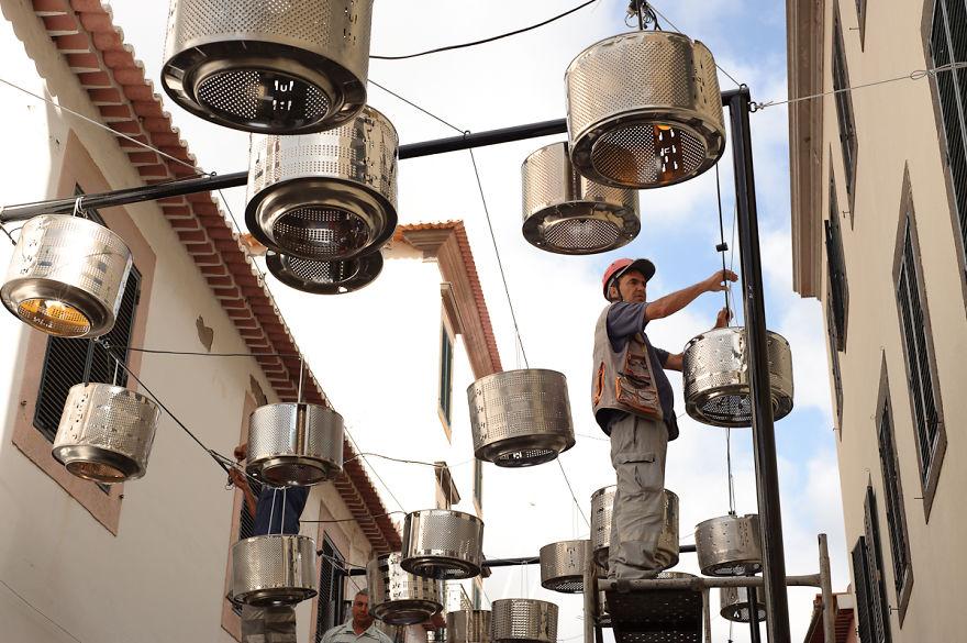 Convirtieron lavarropas viejos en la calle de las luces