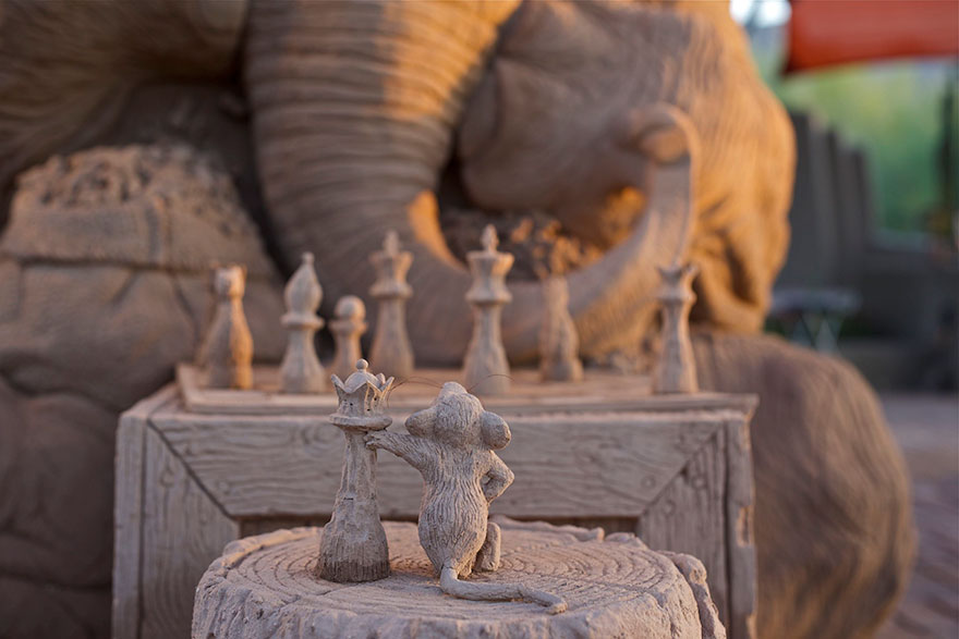 elephant-mouse-playing-chess-sand-sculpture-ray-villafane-sue-beatrice-6
