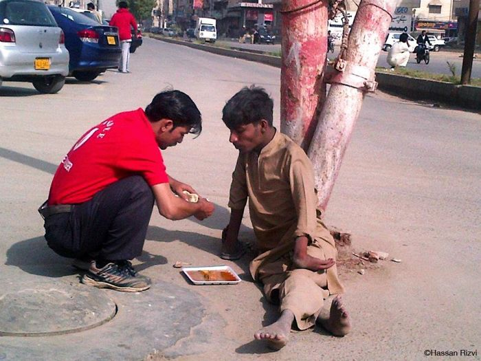 This Pakistani Waiter Feeding A Homeless Person Who Can't Use His Hands