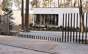 """""""Fancy Fence"""" Gate That Disappears Into Ground"""