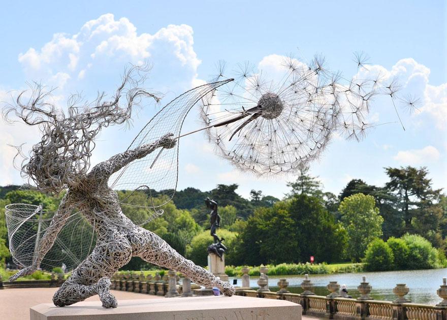 Bailar dramática escultura de hadas con diente de león Por Robin Wight, Reino Unido