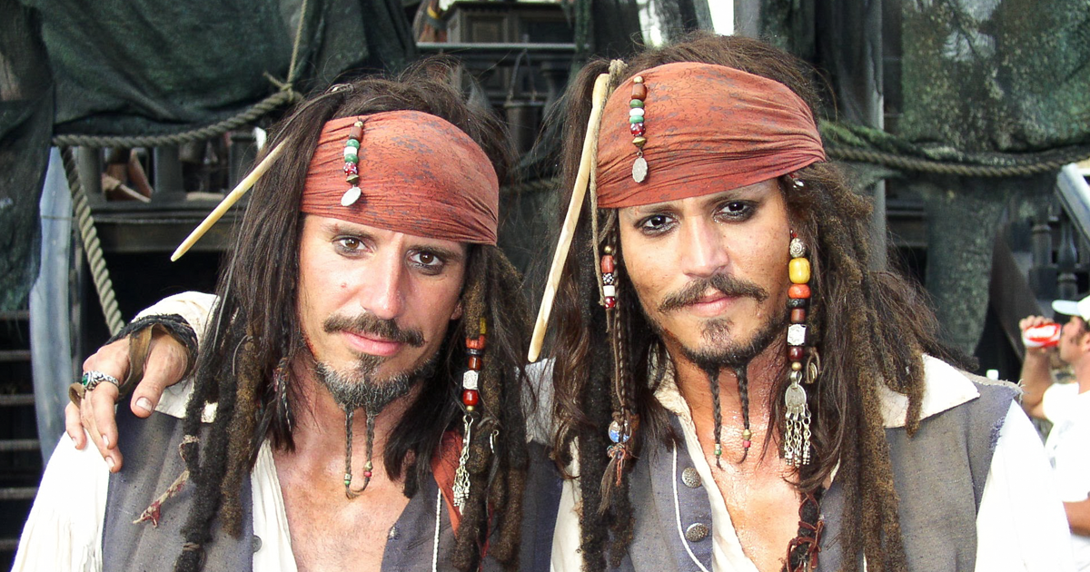 28 Photos of Celebrities With Their Identical Stunt