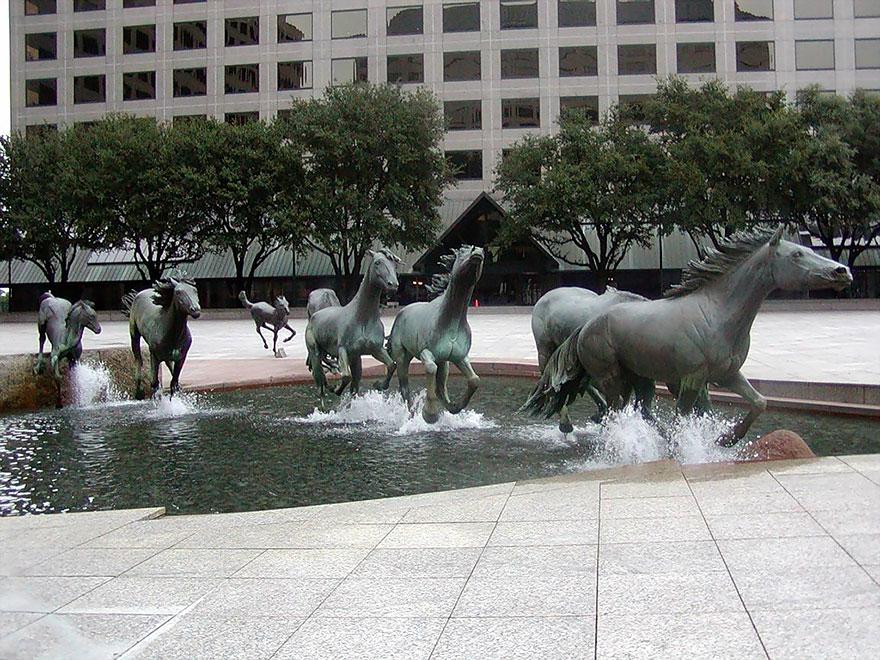 Mustangs Por Robert Glen, Las Colinas, Texas, Estados Unidos