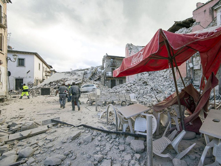 Italie, tremblement de terre de 6,2 Italy-earthquake-before-after-02a