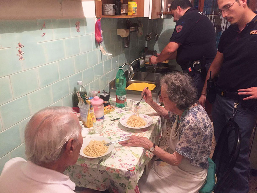 old-couple-cries-police-cook-pasta-rome-1
