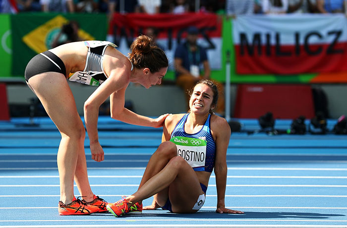 rio-olympics-runners-help-each-other-abbey-dagnostino-nikki-hamblin-1