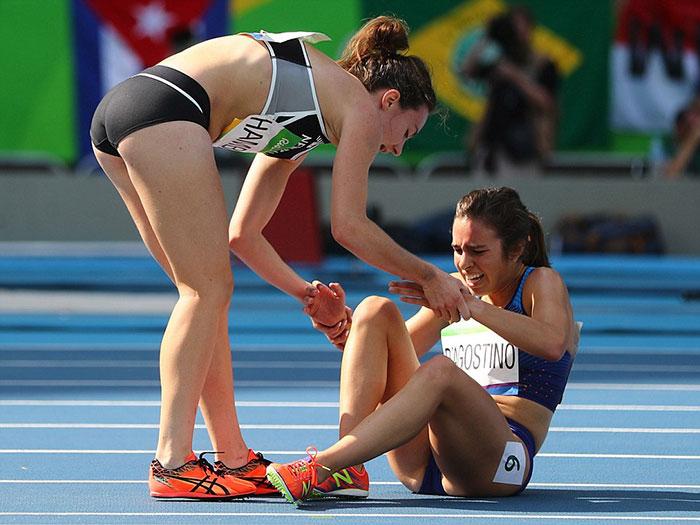 rio-olympics-runners-help-each-other-abbey-dagnostino-nikki-hamblin-16