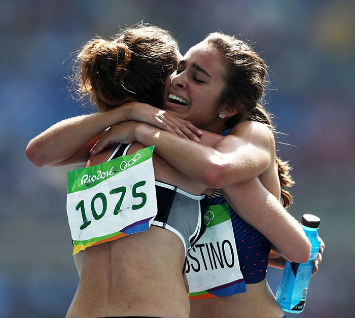 rio-olympics-runners-help-each-other-abbey-dagnostino-nikki-hamblin-6