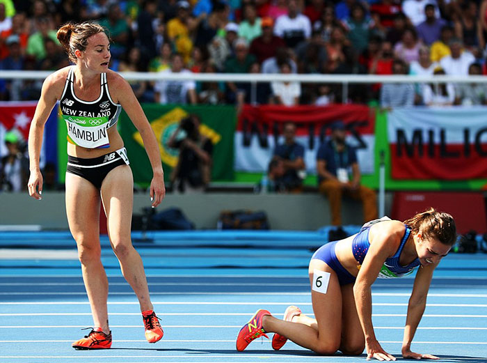 rio-olympics-runners-help-each-other-abbey-dagnostino-nikki-hamblin-7