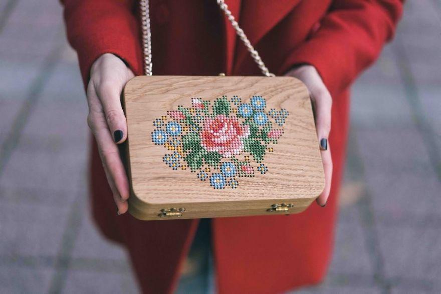 Вышитые деревянные сумки