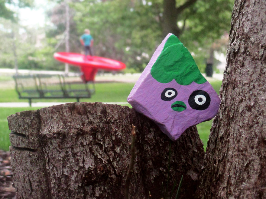 """Bạn có thể dễ dàng bắt gặp những """"gương mặt đá"""" này ở bất cứ đâu trong thị trấn gần nhà Zenz."""