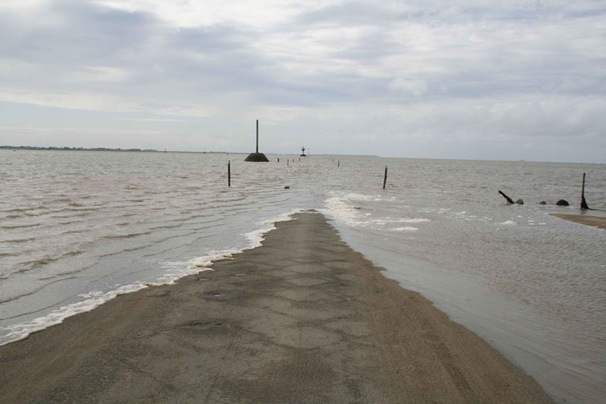 disappearing-road-passage-du-gois-france-8
