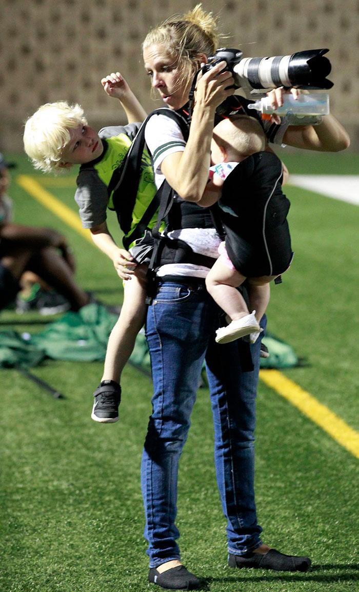 mom-photographer-multitasking-baby-kids-melissa-wardlow-1