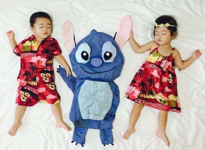 Dormir-japonés-gemelos-madre-vestido-up-niños-fotografía-ayumiichi