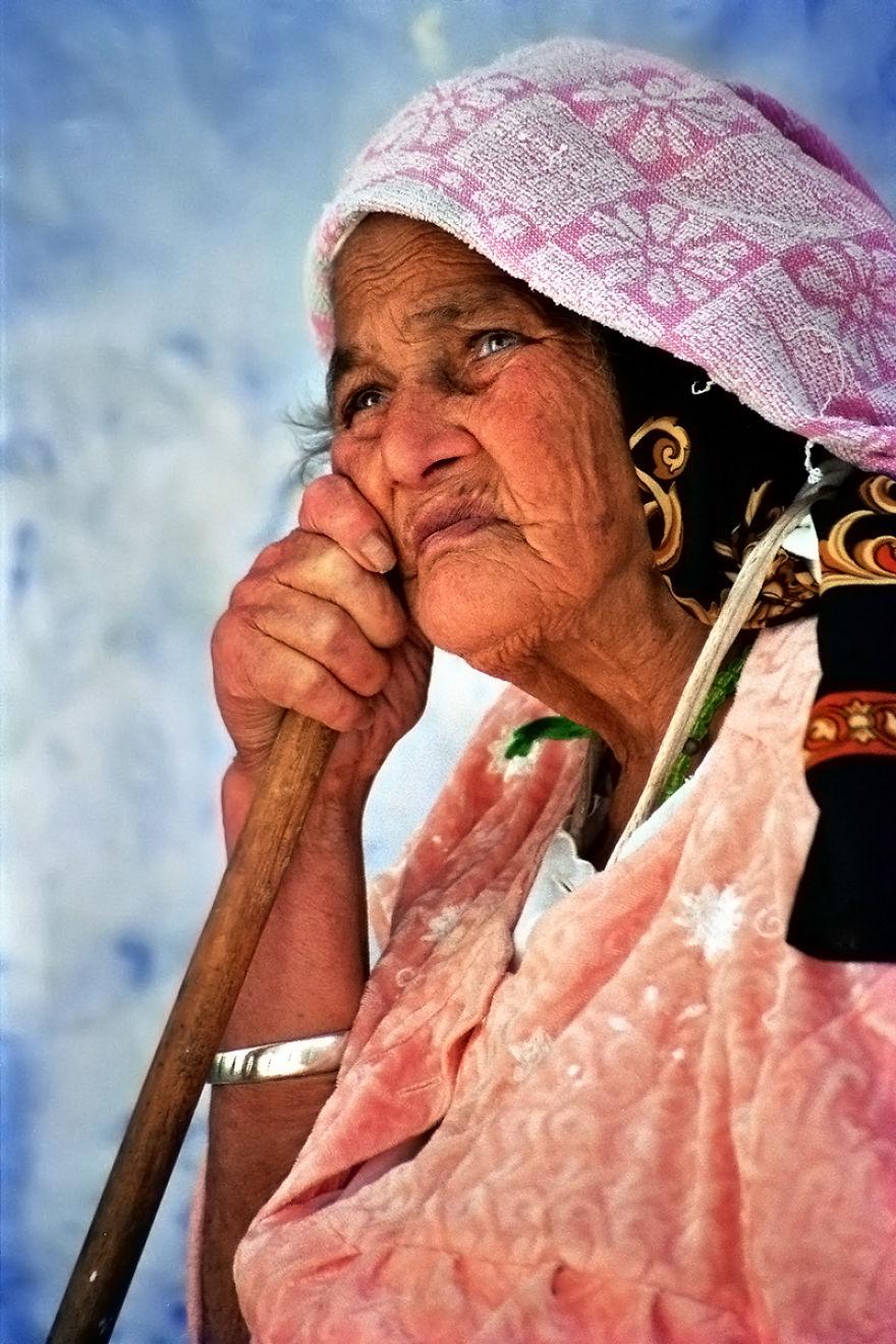 Retrato de una mujer en Chefchaouen, Marruecos