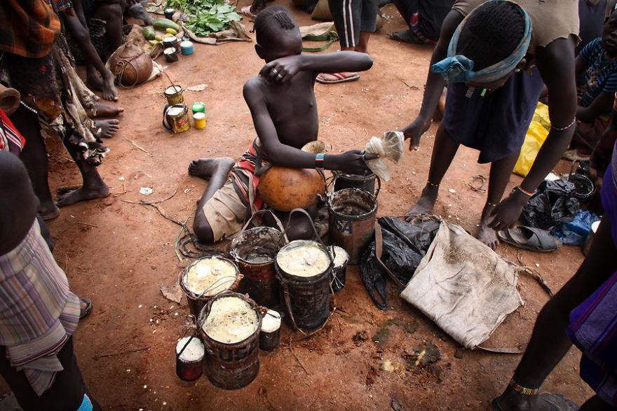 """""""A medida que él estaba viendo el pan de su vecino, un perro vino de atrás y tomó el pan,"""" Proverbio etíope"""
