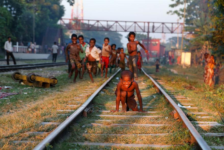 Niños jugando en la puesta del sol, Srimangal, Bangladesh