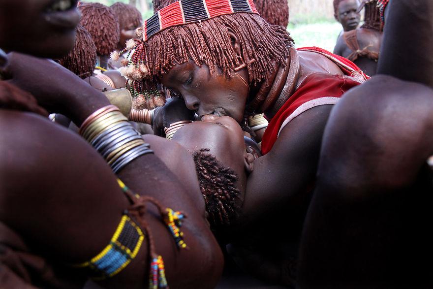 Una mujer besa a su hijo durante una ceremonia tribal en poder de los Hamer en el valle del Omo, Etiopía