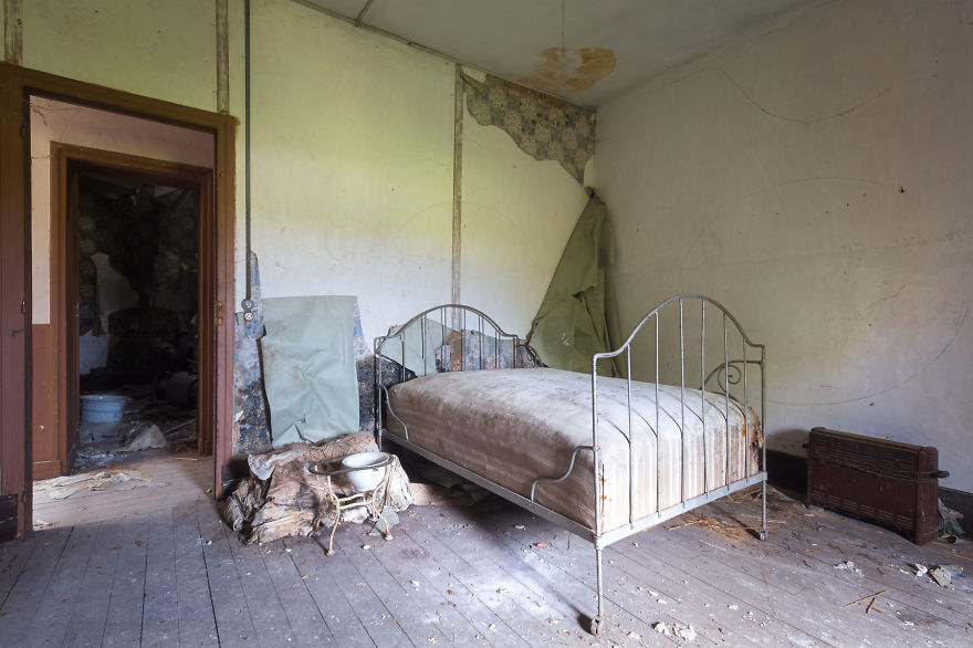 15 Photos Of Abandoned Bedrooms Show The Dusty Remains | Veriy
