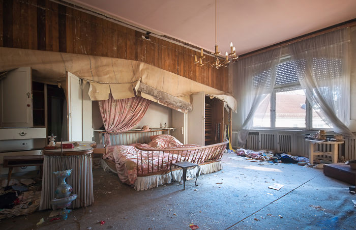 15 Photos Of Abandoned Bedrooms Show The Dusty Remains