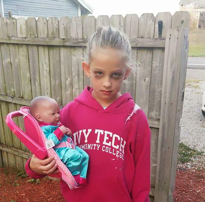 """Esta niña de 7 años se disfrazó en Halloween de """"madre exhausta"""" y triunfó en internet"""