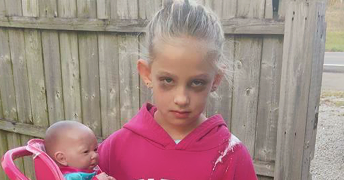"""7-Year-Old Girl Dresses As """"Exhausted Mom"""" For Halloween And Wins The Internet 