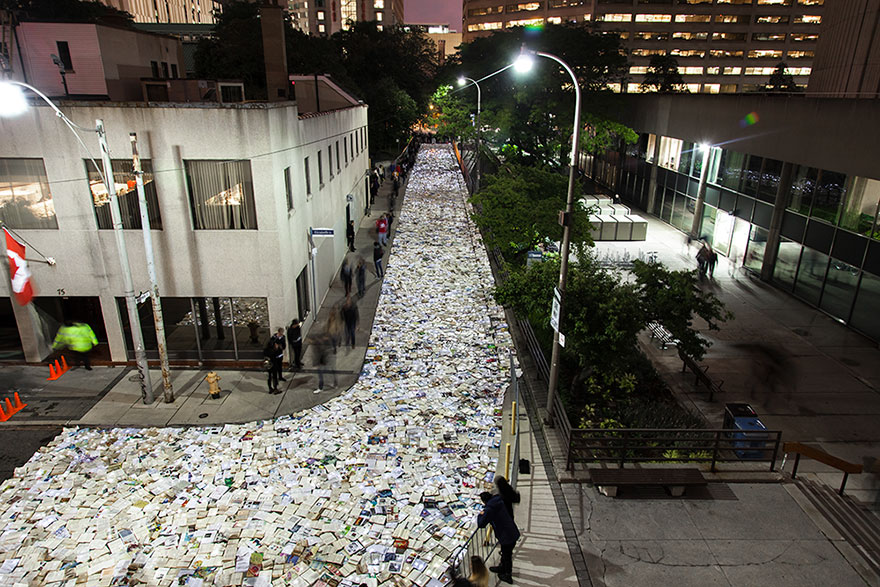 book-installation-literature-vs-traffic-luzinterruptus-toronto-2