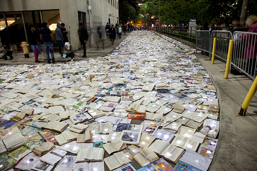 book-installation-literature-vs-traffic-luzinterruptus-toronto-4