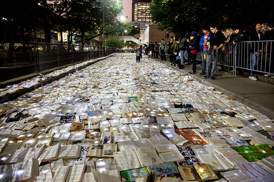 book-installation-literature-vs-traffic-luzinterruptus-toronto-8