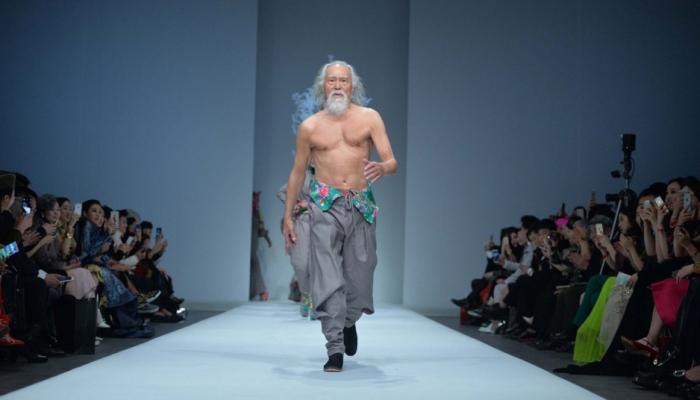 Este abuelo de 80 años intenta ser modelo y triunfa en su debut en la pasarela