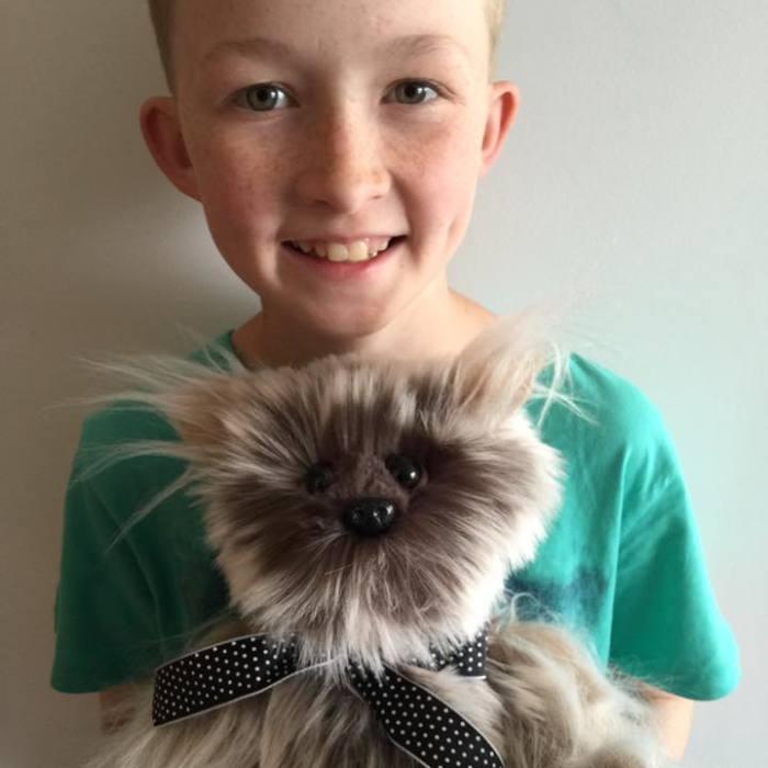 Este niño de 12 años aprendió a coser para hacer más de 800 peluches para los niños enfermos