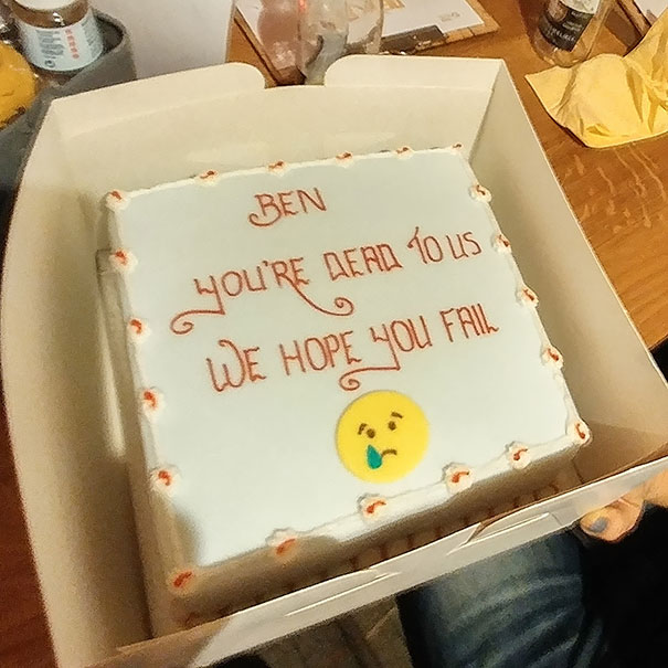 Hilarious Farewell Cakes That Employees Got On Their Last Day - This cat eating a birthday cake is everything you need in life
