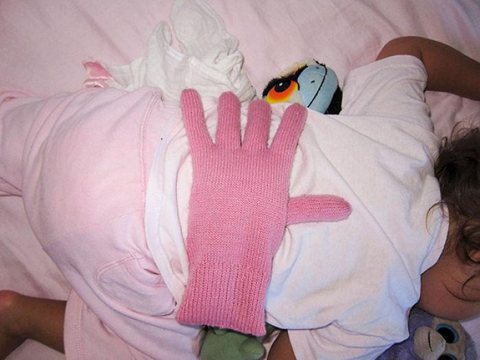 Pon un guante relleno en la espalda de tu bebé para que se sienta querido cuando estás demasiado cansado