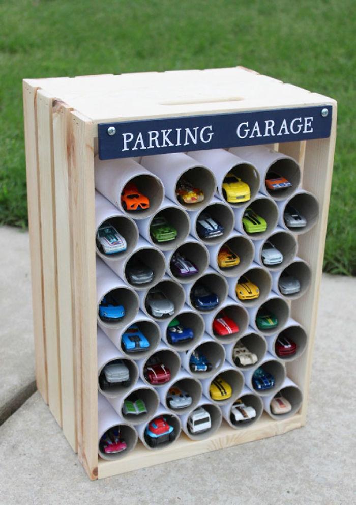 Usa rollos de papel higiénico para convertir en garaje de coches de juguete