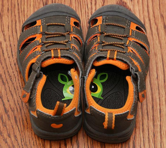 Pon pegatinas en su calzado para que aprendan a ponérselo en el pie correcto