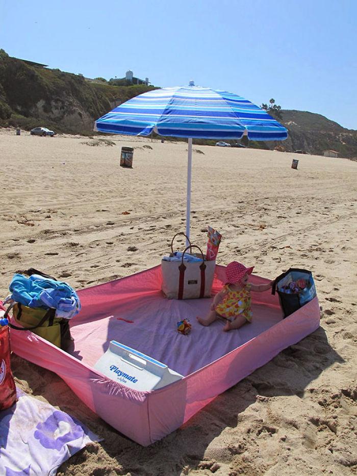 Usa una sábana bajera para que no entre arena en la playa