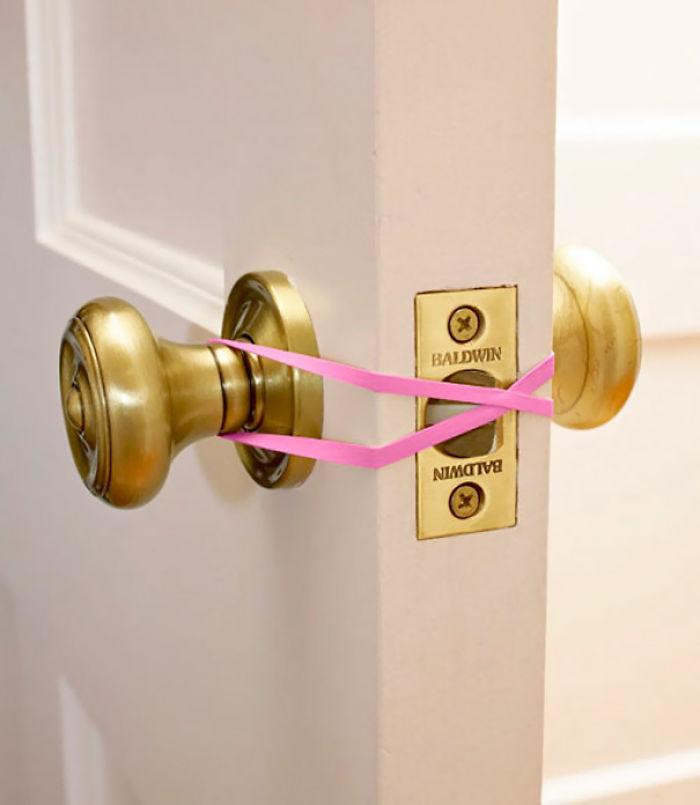Con gomas elásticas la puerta no se cerrará bien y no se quedarán encerrados