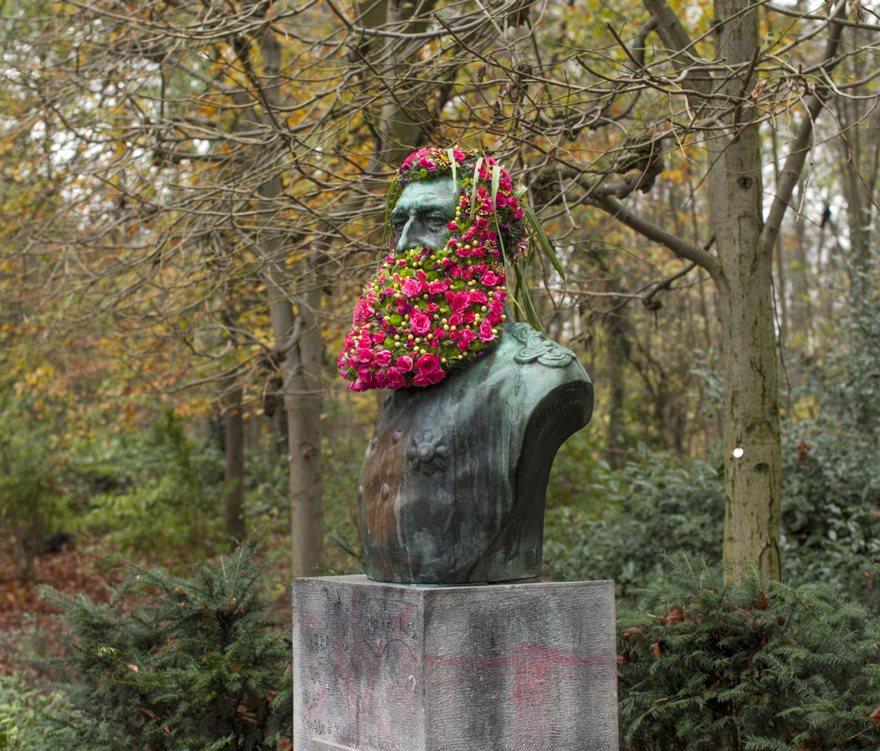 flower-crowns-beards-monuments-geoffroy-mottart-brussels-7