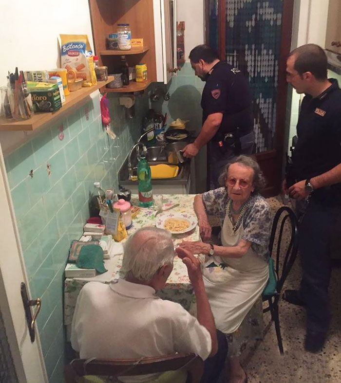 After Police Found Elderly Couple Crying, They Cooked Them Pasta And Stayed For A Chat